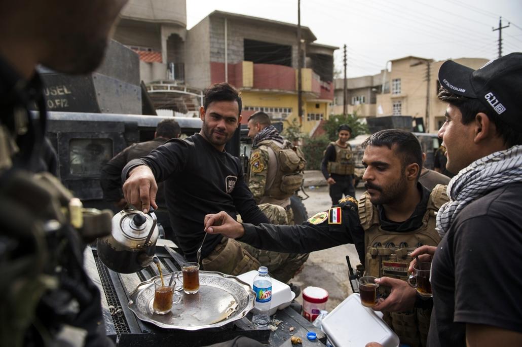 afp.16.11.16. Katonák teáznak Mosul mellett