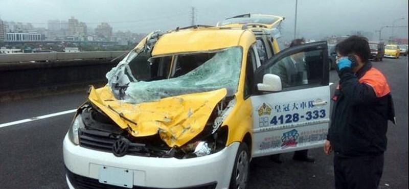 Fotó: Óriási mázlija volt a taxisnak, akinek eltalálta az autóját a lezuhanó tajvani gép