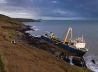 Szellemhajót sodort a partra a Dennis vihar Írországnál