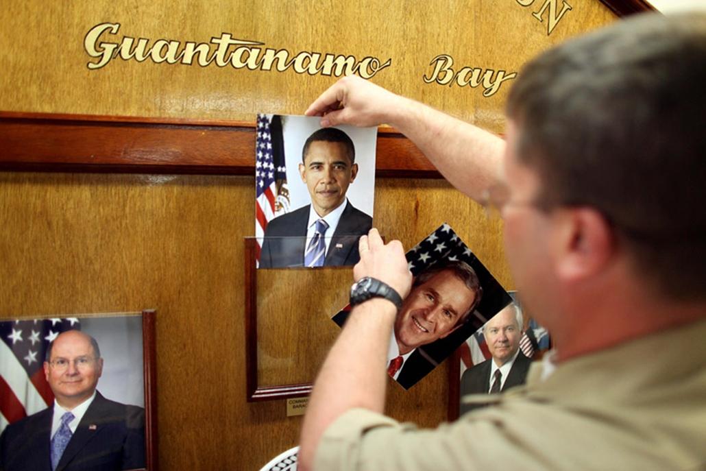 Lecserélik George W Bush korábbi amerikai elnök képét a frissen beiktatott Barack Obama fotójára a guantanamói fogolytáborban.