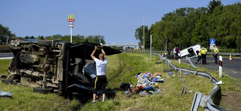 Fotó: 8 ember ült az M1-esen felborult kisbuszban