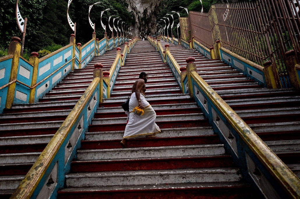 afp. a hét képei - 2014.05.09. MALAYSIA, Kuala Lumpur : A Hindu priest walks up the 272 stairs to the Batu Caves temple outside of Kuala Lumpur on May 9, 2014. The temple built-inside centuries old limestone-formed Batu Caves, is one of the most popular H