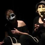 Karattyolnak, böfögnek, alakoskodnak a gimisek botrányosan jó színházában
