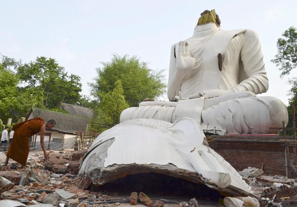epa. hét képei - Földrengés Thaiföldön Csiangraj, 2014.05.06. Megrongálódott Buddha-szobor Csiangrajban 2014. május 6-án, miután az éjjel a Richter-skála szerinti 6-os erősségű földrengés volt a Thaiföld északi részén elterülő város térségében.