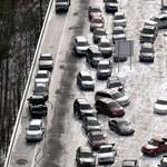 Légifotó: halomban állnak a jeges úton hagyott üres autók