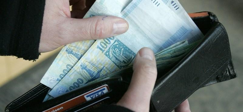 Két tízezrest lopott egy nyugdíjastól egy debreceni nő, de a pénztárcát és a pénz felét visszaadta