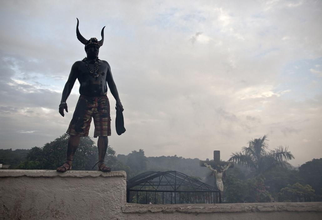 Az 'ígérgetőnek' nevezett ördögalakot személyesíti meg egy férfi a Santo Domingo fesztiválon Nikaraguában. A tíznapos fesztiváln az ördögbőrbe bújt emberek imái valóra válhatnak.