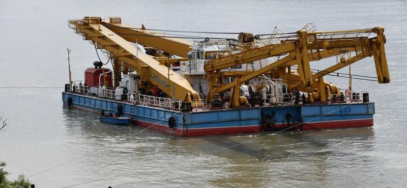 Hídlezárásokkal érkezett meg az úszódaru a Margit hídhoz