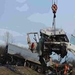 Fotók jöttek a hétfői frontális kamionbalesetről