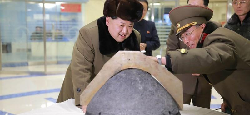 Sántikálva látogatott el egy cipőgyárba Észak-Korea diktátora
