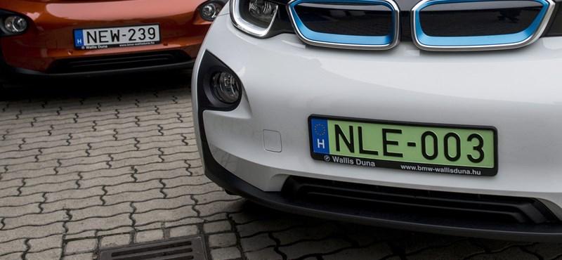 Zöld rendszám: az adót elengedik, a parkolás ingyen van – jól van ez így?