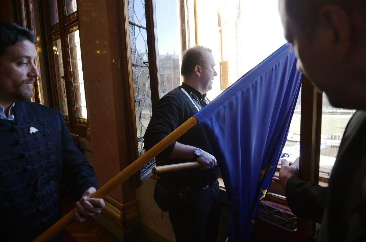 Fotók: uniós zászlók repültek ki a Parlament ablakán