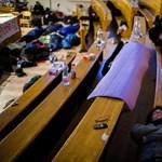 Képek: így éjszakáztak az ELTE-n a teremfoglaló diákok