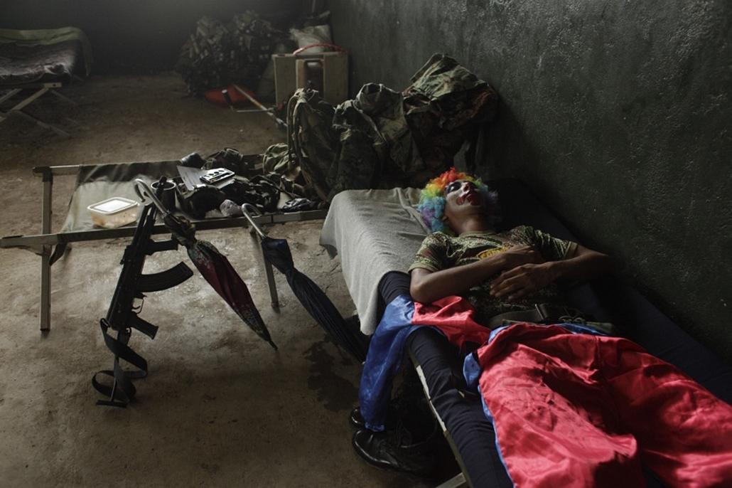 Panamai határőr bohócruháan pihen bódéjában.
