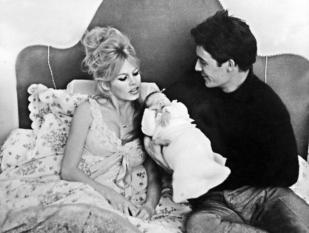 afp.1960.01.13. - Párizs, Franciaország: férje Jacques Charrier, és Nicolas fia társaságában . - Brigitte Bardot nagyítás