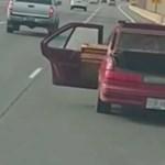Videó: kitárt hátsóajtókkal, keresztben pakolva szállította a túl hosszú hajópadlót egy autós