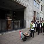 Fotó: Talicskával érkezik az Új Magyar Gárda