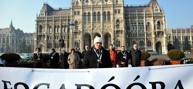 Tüntetnek a köznevelési törvény ellen a Kossuth téren
