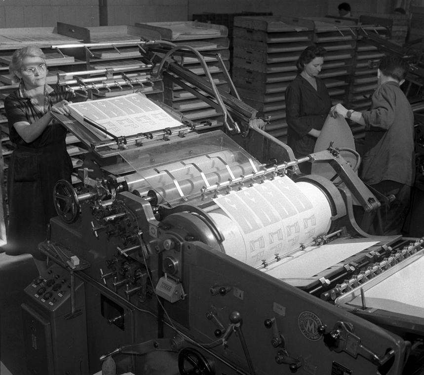 Budapest, 1960. - Tankönyvek készülnek az Egyetemi nyomdában. Az új összehordó gép húsz ember munkáját végzi. - könyv világnapja nagyítás