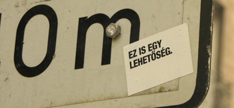 Budapest street art: pesszimista jelzőtábla-matrica