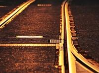 Értelmetlennek találta a jelzőtáblát, inkább az érkező vonat elé rakta