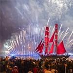 Ez a nap képe: látványos ünnepléssel zárták a tanévet Szentpéterváron