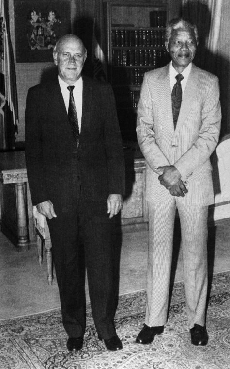 Nelson Mandela nagyítás - SOUTH AFRICA, Paarl : South Africa's president Frederik W. De Klerk (L) poses with the world most famous prisoner anti-apartheid leader and African National Congress (ANC) member Nelson Mandela, in Cape Town's government residenc