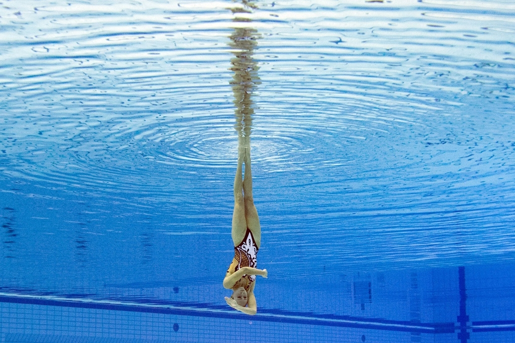 afp. az év sportfotói 2014. Berlin, Németország, 2014.08.17. This picture taken with an underwater camera shows Bronze medalist Ukraine Anna Voloshyna competing in the synchronised swimming solo free final event at the 32nd LEN European swimming champions
