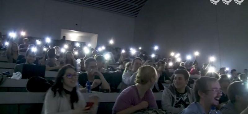 Zseniális videó: mit csinál egy csapat BME-s, ha előadás közben elmegy az áram?
