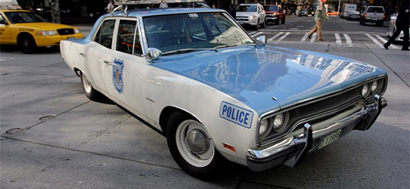 Szenzáció a városban cirkáló retro rendőrautó