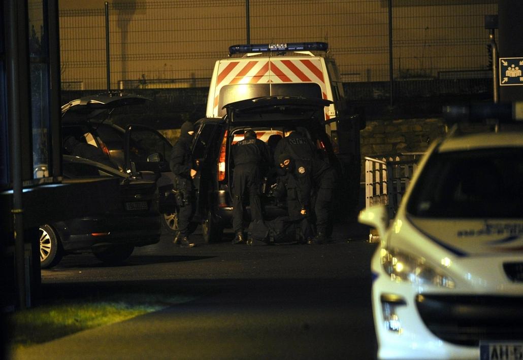 afp.15.01.08. - Párizs, Franciaország: kommandósok mentek a feltételezett elkövetőkhöz - lövöldözés a Charlie Hebdo szerkesztőségében - lövöldözés Párizsban