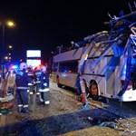Súlyos baleset Ferihegynél: magasságkorlátozó kapuba rohant egy emeletes busz