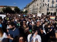 Tízezren tüntettek a Kossuth téren a homofóbtörvény ellen