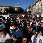 Több ezren tüntetnek a Kossuth téren a homofóbtörvény ellen