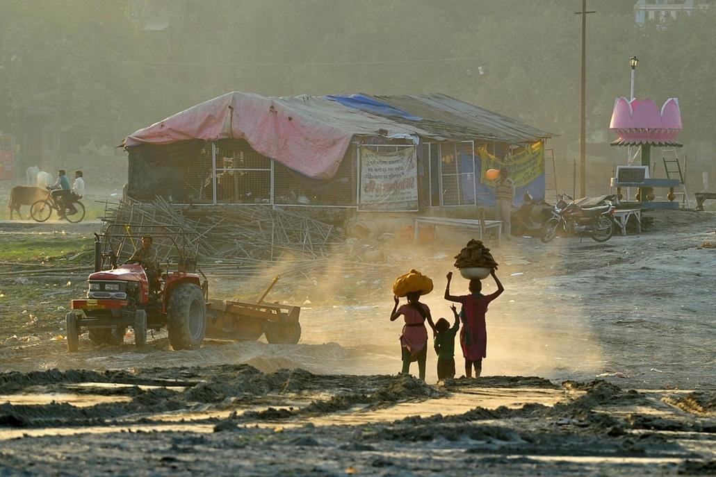 Allahabad, India: mezőgazdasági célokra szánt tehéntrágyát cipelő munkások. - 7képei