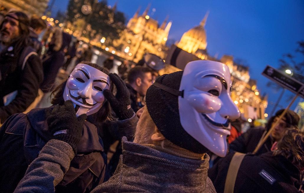 TG-16.11.05.- Anonymous hacktivista közösség - RendszerKRITIKUS TÖMEG – Million Mask March 2016 - Vértanúk tere - Demonstráció