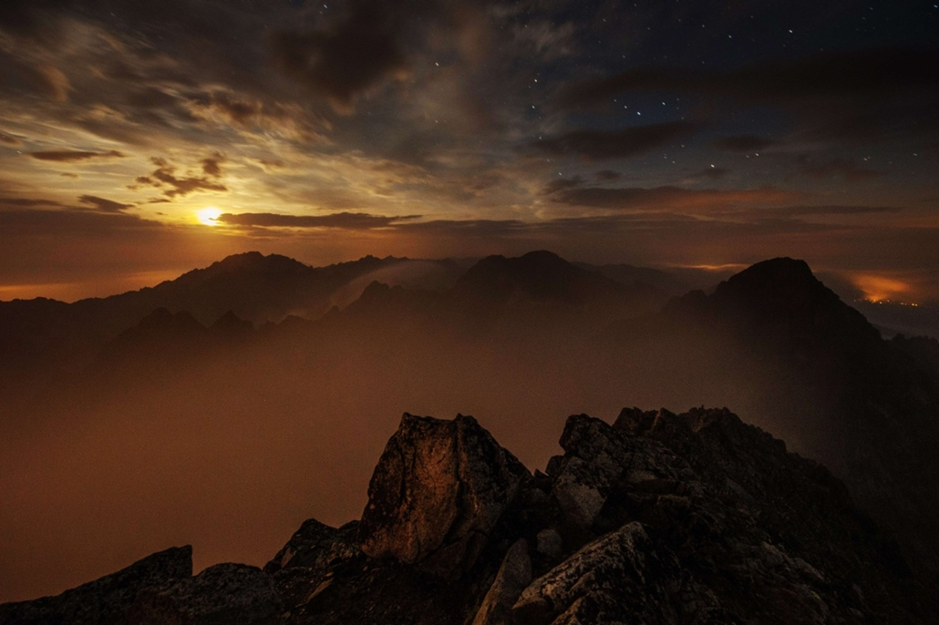 afp. hét képei - Lomnici-csúcs, Szlovákia, 2014.09.04. A long time exposed picture taken by night shows Slovakia's High Tatras mountains seen from the Solar observatory station on the Lomnicky Stit peak, on September 04, 2014. The coronal station at Lomni