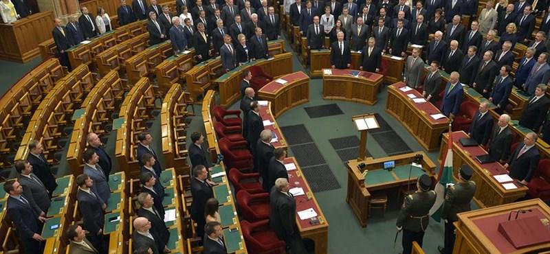 """""""Azzal leszek tisztelettudó, aki megérdemli"""" - vita után elfogadták a minisztériumokat a parlamentben"""