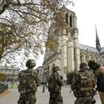 """16 """"lefejezett"""" szobrot emeltek le helikopterrel a párizsi Notre Dame-ról"""