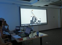 Az Index.hu drámája és a karantén az ARC-kiállítás plakátjain is megjelenik