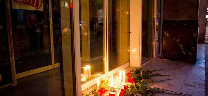 Fotó: gyertyákkal emlékeztek Horn Gyulára az MSZP-székház előtt