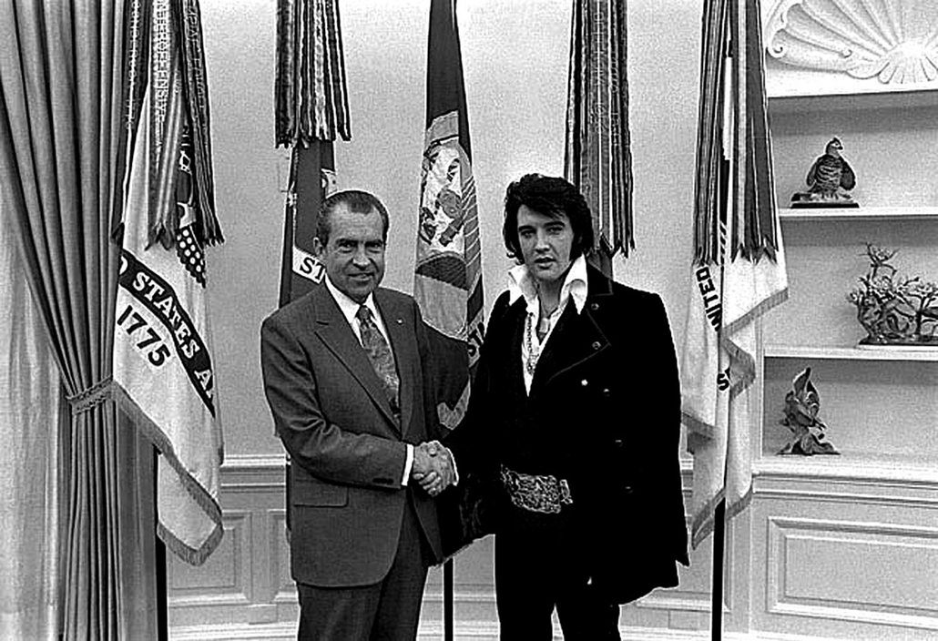 afp. Elvis Presley 80 nagyítás - 1970.12.21. UNITED STATES : This file photo shows former US President Richard M. Nixon (L) as he shakes hands with Elvis Presley (R) in the White House 21 December 1970 in Washington,DC.