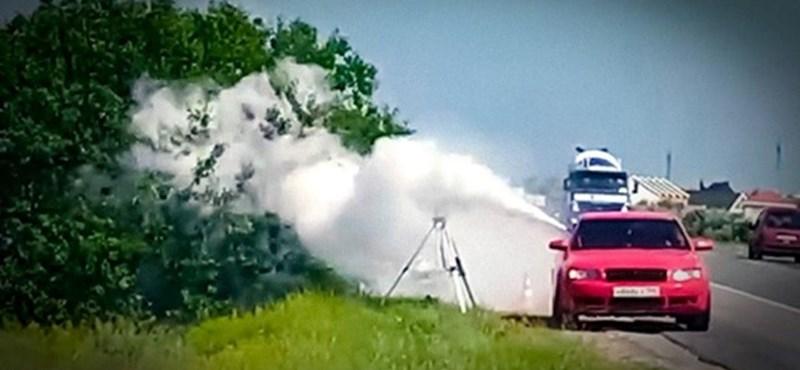 Ez még az orosz autós videókból is extrém: porral oltóval fújják az út szélén a traffipaxot