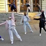 Együtt a színházért: Wolf Kati dalára, szolidaritásból táncolnak a pesti utcákon