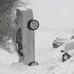 Téli autózás: ilyen pusztítás zajlik a havas, jeges utakon - videó