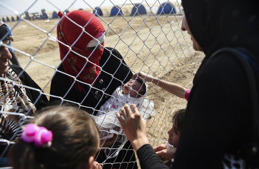 afp.16.10.26. Újonnan kitelepített emberek találkoznak már 2 éve menekült táborban élő ismerőseikkel Khazir mellett.