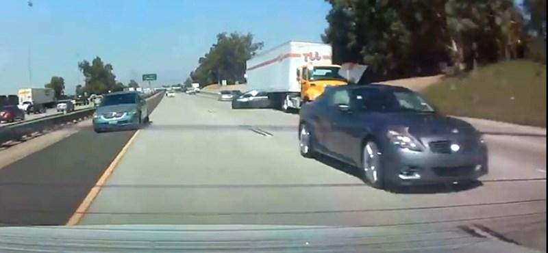 Videó: kamion alá lökött egy autós egy másikat, mert versenyzett