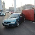 Ezért dugult be reggel az Erzsébet híd – fotók a négyes karambolról