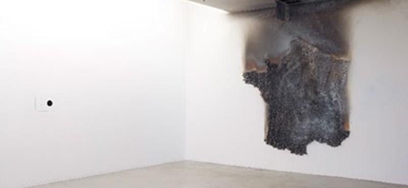 Füst és korom is lehet dísz a falon