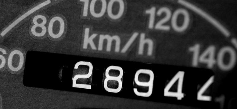 Órapörgető kínai kütyü – ezzel tekerik 600 ezerről vissza az autók óráját